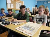 Schüler lesen Zeitung, Elisabethenschule Hofheim